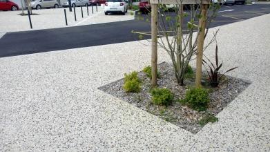 Trottoir fait en béton décoratif avec espace paysager au centre par Blanloeil