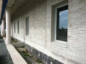 Perspective d'un bâtiment en béton spécial gris