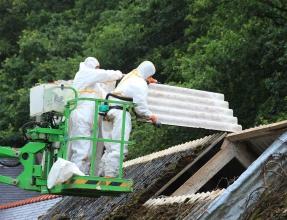 Ouvriers en train de retirer un toiture en amiante