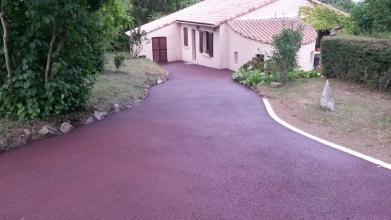 Chemin d'accès d'une maison en enrobé rouge