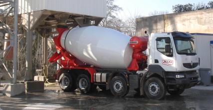 Camion BTV en train de se charger en béton