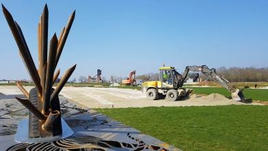 Pelle en train de répartir du sable pour terminer le terrassement