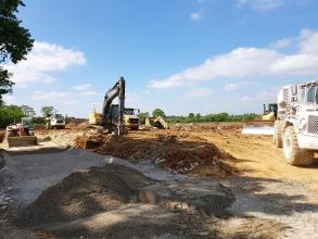 Pose de sable pour terrasser le site du futur bâtiment du groupe Elis